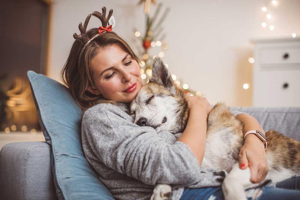 donna che abbraccia il cane per rilassarlo